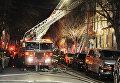 Пожарные в Нью-Йорке тушат пожар в жилом доме в Бронксе
