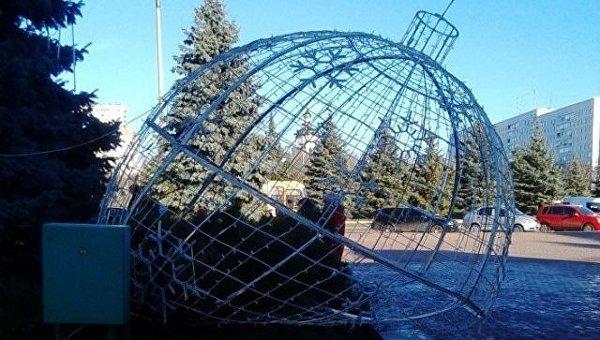 Новогодний шар, сломанный вандалами в Южноукраинске