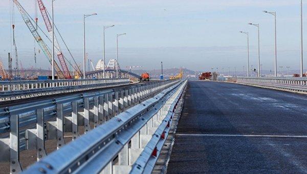 Строители обустроили проезжую часть на одном из отрезков Крымского моста на острове Тузла