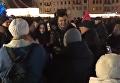 Саакашвили в новогоднюю ночь погулял c мамой возле киевской елки. Видео