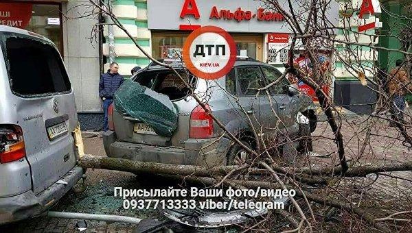 Вцентре столицы Украины автомобиль влетел востановку