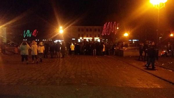 В Червонограде Львовской области BMW врезался в новогоднюю елку