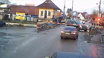 Спасибо регулировщику. Под Киевом джип за секунду проскочил перед поездом. Видео