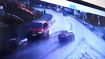 Момент наезда на мать с ребенком в Хмельницкой области попал на видео. Видео