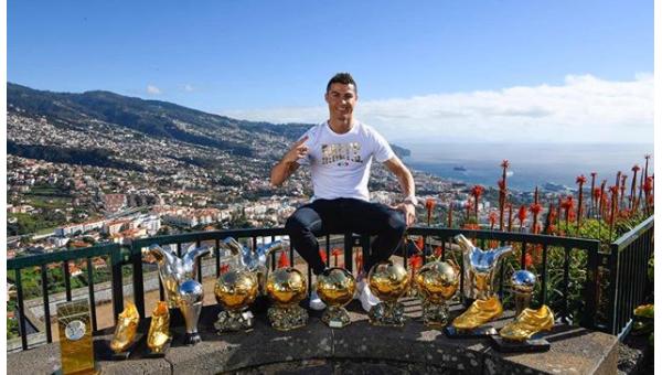 Роналду со своими наградами