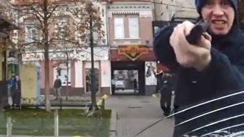 Полицейский атакует автомобиль в центре Киева