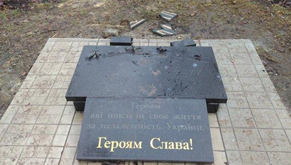 Памятник погибшим воинам АТО разрушен в Константиновке (Донецкая область)