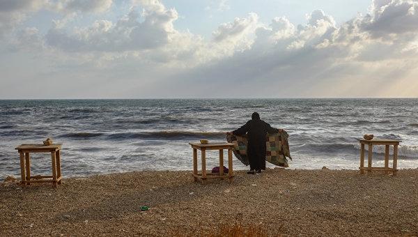 Женщина на побережье Средиземного моря в Тартусе