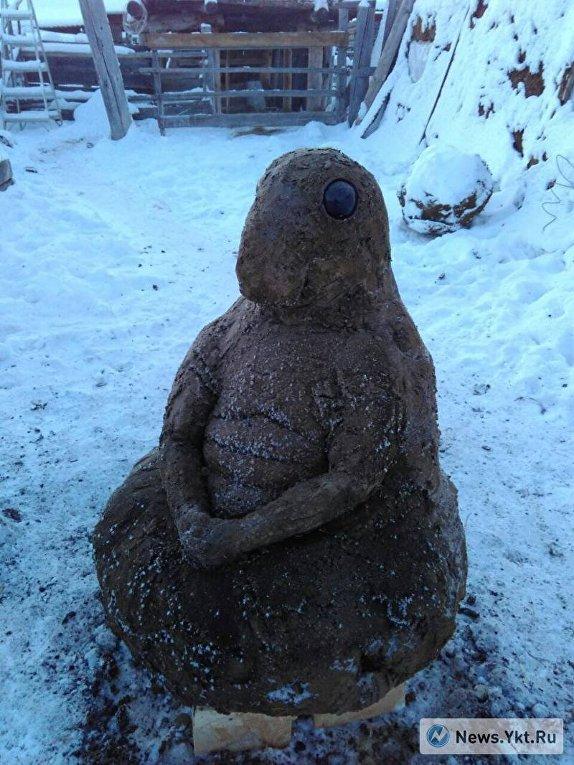 Якутский умелец лепит скульптуры из навоза