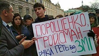 Журналисты возвели под Львовской ОГА баррикаду из газет