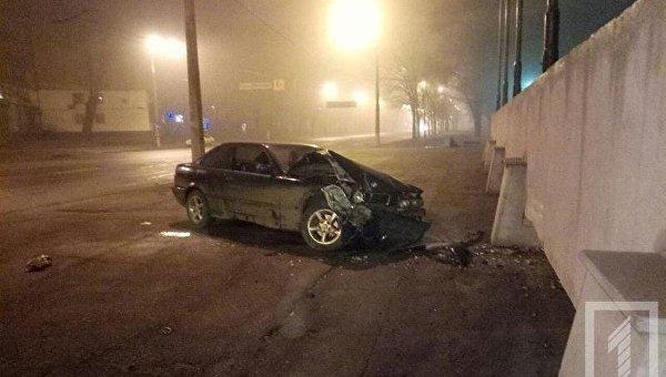 В Кривом Роге автомобиль BMW врезался в постамент монумента Победа