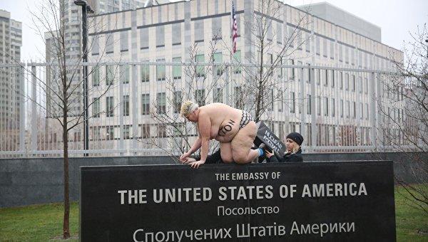 Активистка движения Femen у посольства США в Киеве