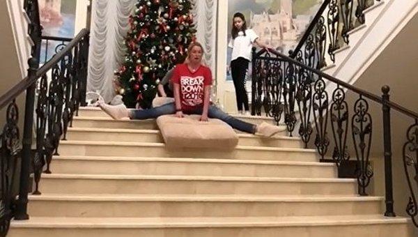 Волочкова на шпагате спускается по лестнице