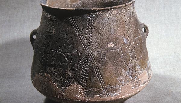 Древний глиняный сосуд Трипольской культуры