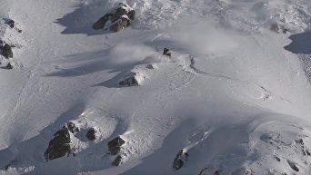 На волосок от гибели. Сноубордист чудом ушел от лавины. Видео