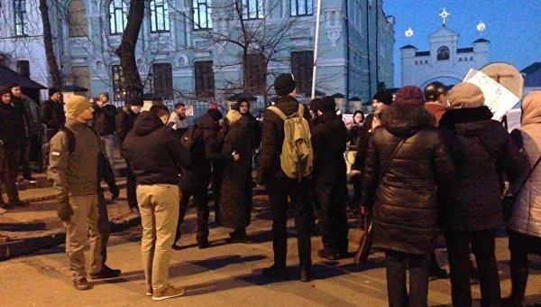 Активисты заблокировали въезд в Киево-Печерскую Лавру