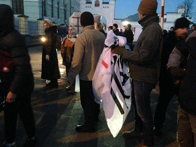 Националисты заблокировали въезд в Киево-Печерскую Лавру