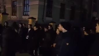 Националисты наступают на Лавру: семинаристы ответили пением. Видео