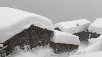 Из-за снегопада десятки тысяч туристов не могу покинуть курорт в Швейцарии