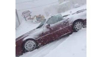 В США мужчина прорывался сквозь снегопад на кабриолете. Видео