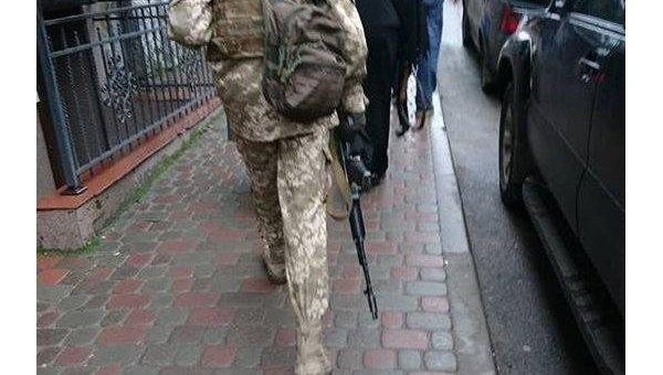 Колядник с автоматом вызвал панику в Тернополе