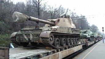 Во Львов прибыл состав с танками, САУ и БТР