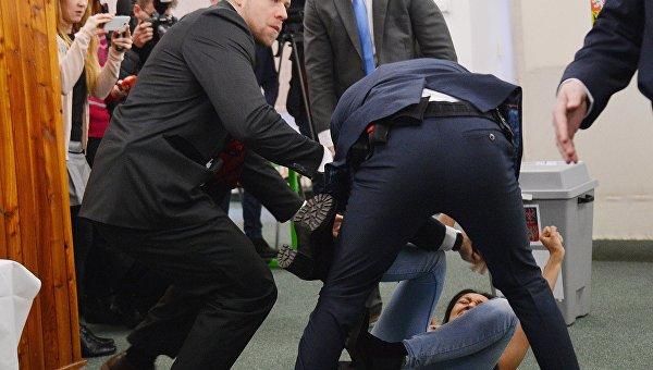 Украинская активистка движения Femen атаковала президента Чехии Милоша Земана на избирательном участке в Праге