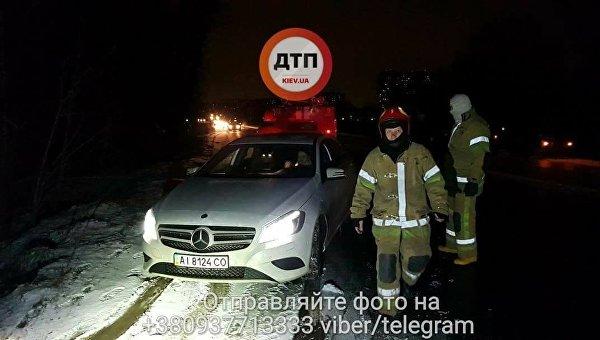 Авария в Киеве: Mercedes съехал в кювет