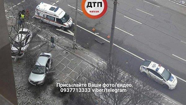 При аварии два авто отбросило на тротуар в центре Киева