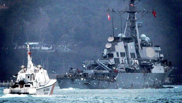 Американский ракетный эсминец USS Carney (Карни) покидает Черное море