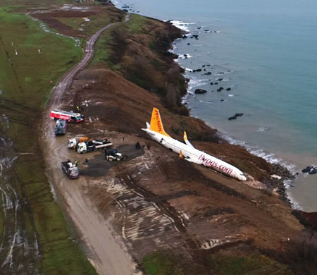 Самолет скатился с обрыва возле турецкого аэропорта