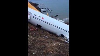 В Турции самолет едва не съехал со склона в море. Видео