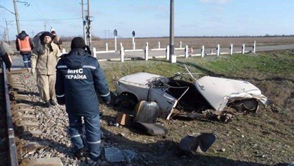 Поезд протаранил автомобиль в Запорожье