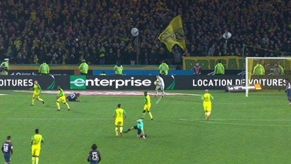Главный арбитр ударил игрока, а затем  удалил его с поля во Франции