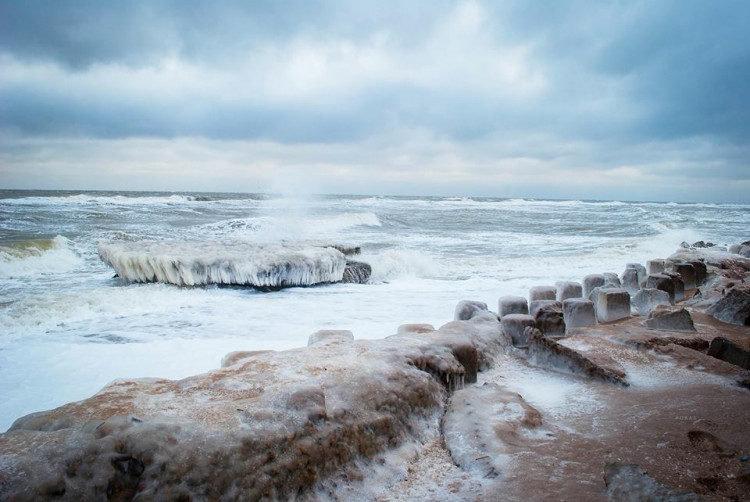 Азовское море в курортном Бердянске покрылось льдом и сосульками