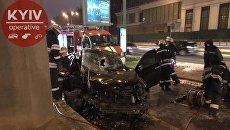Водитель Toyota врезался в опору моста метро в Киеве