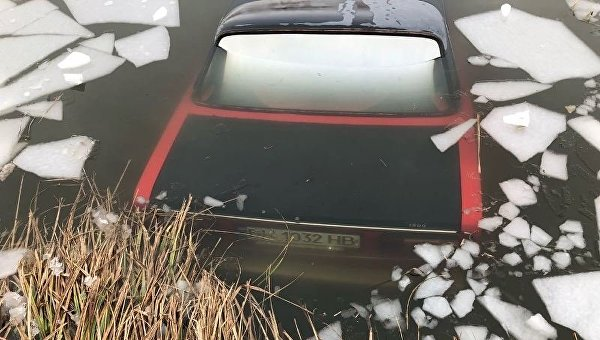 ВОдесской области шофёр провалился под лед ивыбрался через окно автомобиля