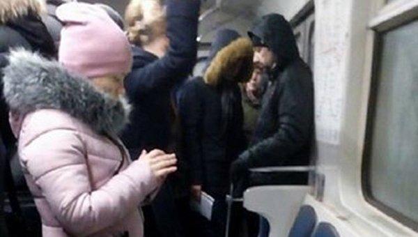 Ввагоне метро вКиеве пассажирам наголову полилась вода