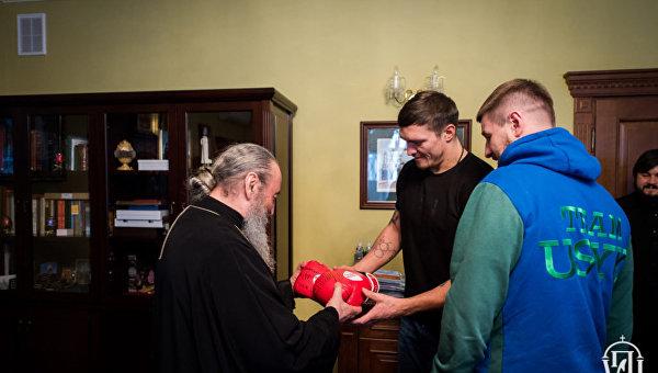 Александр Усик подарил митрополиту Онуфрию боксерские перчатки