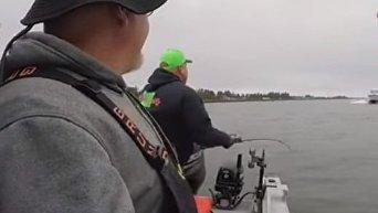 Удачливые рыбаки очень вовремя покинули судно за секунду до столкновения. Видео