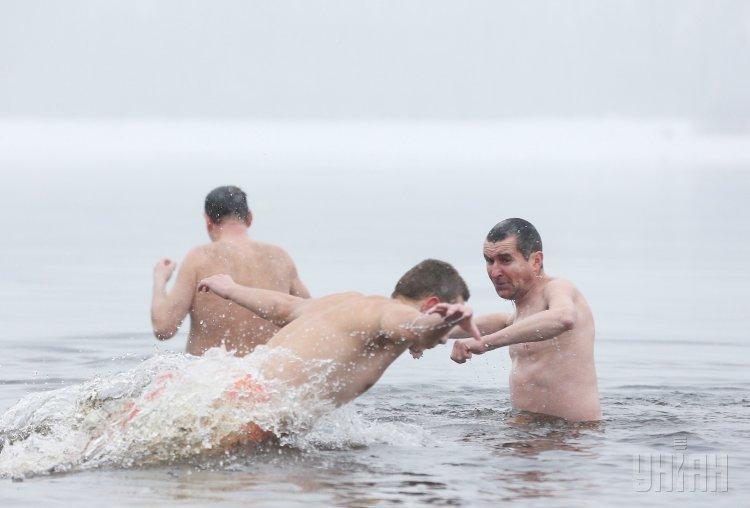 Крещенские купания во время празднования Крещения Господня, в Гидропарке, в Киеве, 19 января 2018 г.
