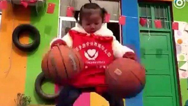В Китае двухлетних малышей тренируют играть в баскетбол