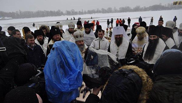 Митрополит Онуфрий освящал воды Днепра у Свято-Покровского собора в Киеве