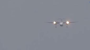 Соцсети восхитили кадры посадки самолета во время урагана. Видео