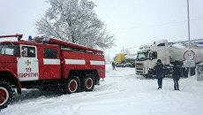 Спасатели вытаскивают из снежных заносов бензовозы