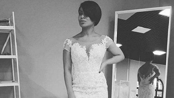 Певица Гайтана в свадебном платье