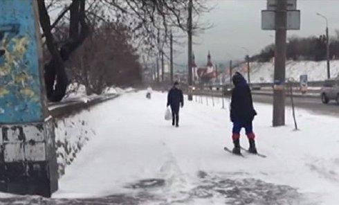 Мужчина в костюме Супермена катается на лыжах в Бердянске
