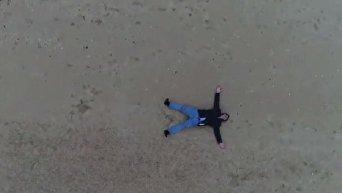 Саакашвили лег на песок во время записи фильма об Украине