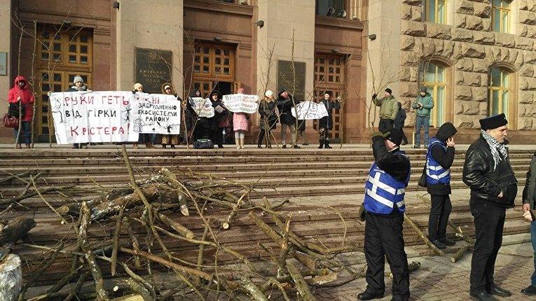 Под КГГА протестуют против скандальной застройки парка