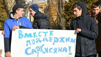 Воспитанники лагеря Виктория митингуют под судом в поддержку любимого директора